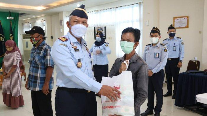 Kanwil Kemenkumham Kalsel dan Jajaran Salurkan 500 Lebih Paket Bantuan di Kegiatan Kumham Peduli