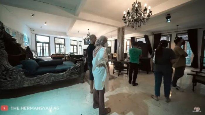 Kamar sangat luas di vila Ahmad Dhani dan ukuran ranjang sangat besar