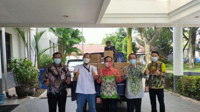 Kamis (26/8) Adaro Logistic serahkan bantuan 4.000 paket masker dan vitamin senilai 300 juta kepada Dinas Kesehatan Kota Banjarmasin