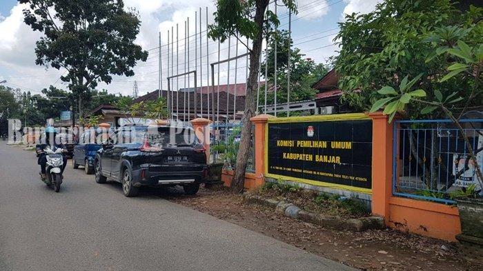 Kantor KPU Kabupaten Banjar di Jalan A Yani Km 39, Kompleks Pangeran Antasari, Kelurahan Tanjung Rema Darat, Kecamatan Martapura, Kota Martapura, Kabupaten Banjar, Provinsi Kalsel.
