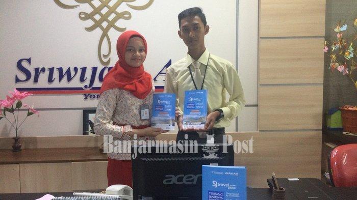Karyawan di kantor perwakilan Sriwijaya Air Jalan A Yani Km 5 Banjarmasin menunjukan brosur SJ Travel Pass.