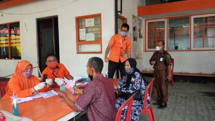 Kantor Pos Amuntai salurkan bantuan 10 kilogram beras kepada Keluarga Penerima Manfaat (KPM) sekaligus Bantuan Sosial Tunai (BST).