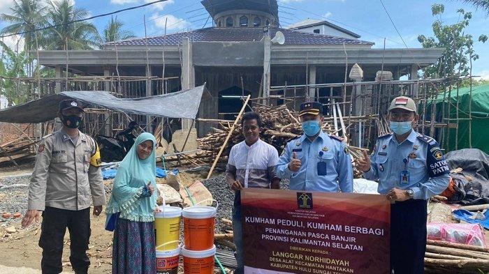 Bantu Langgar Noorhidayah Desa Alat HST, Kanwil Kemenkumham Serahkan Bantuan Material