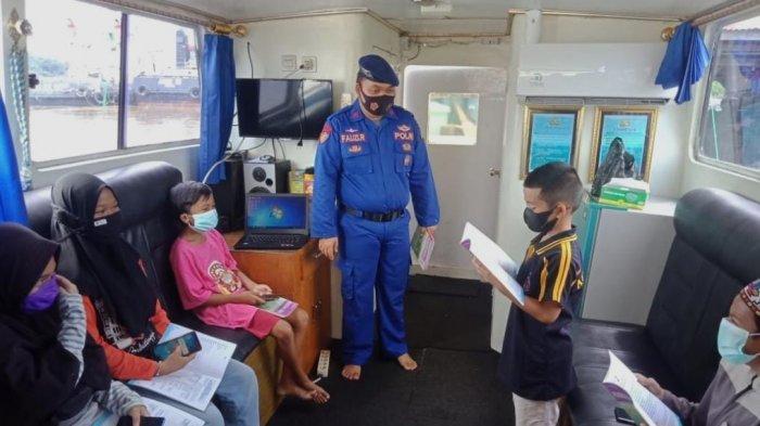 Anak Pesisir Buntok Kalteng Belajar Sambil Susur Sungai di Kapal Melek Huruf Polairud Polda Kalteng