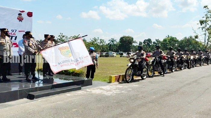 Kepala Kepolisian Daerah Kalimantan Selatan (Kapolda Kalsel), Irjen Pol Rikwanto, saat di Markas di Brimob di Kota Banjarbaru melepas personel  yang bertugas mengantarkan bantuan untuk masyarakat terdampak pandemic Covid-19, Senin (20/9/2021).