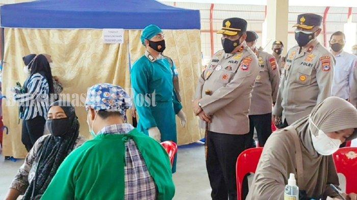 Kepala Kepolisian Daerah Kalimantan Selatan (Kapolda Kalsel), Irjen Pol Rikwanto, saat meninjau vaksinasi di Markas Brimob di Kota Banjarbaru, Senin (20/9/2021).