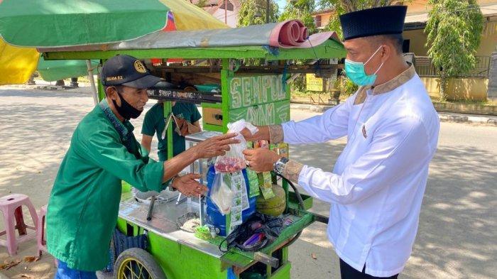 Sambut Moment Idul Adha, Kapolres Balangan Datangi PKL Pinggir Jalan, Bagikan Daging Kurban