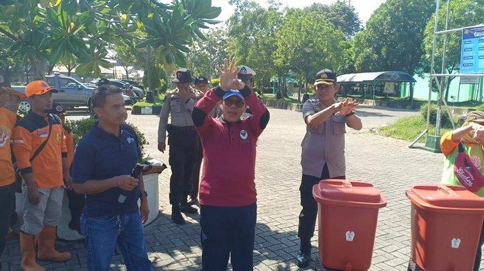 Cegah Penyebaran Virus Corona, Polri dan TNI di Kabupaten HST Semprotkan Disinfektan di Tempat Umum
