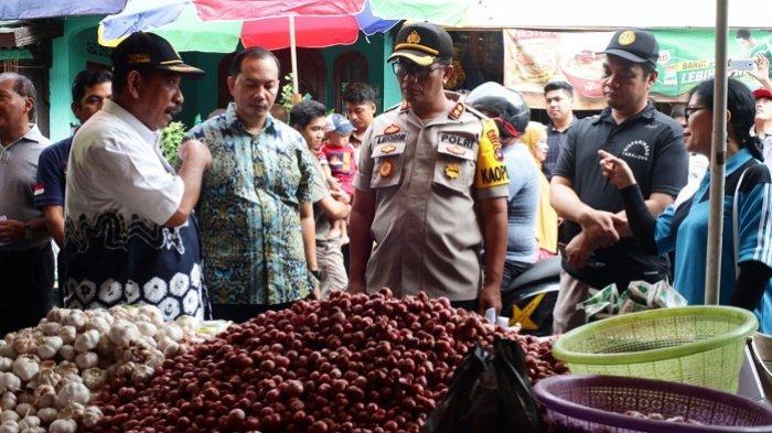 Turun ke Pasar Pantau Harga, Kapolres Tabalong Ingatkan Pedagang Tidak Timbun Sembako