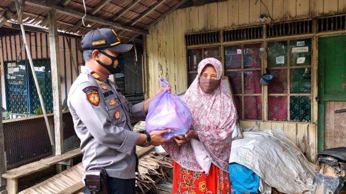 Implementasikan Arahan Kapolres Kotabaru, AKP Nur Alam Salurkan Bantuan Sembako ke Warga Miskin