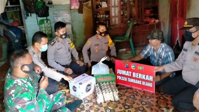 Gelar Jumat Berkah, Polisi Tambang Ulang Tanahlaut Bagi Sembako untuk Warga Miskin