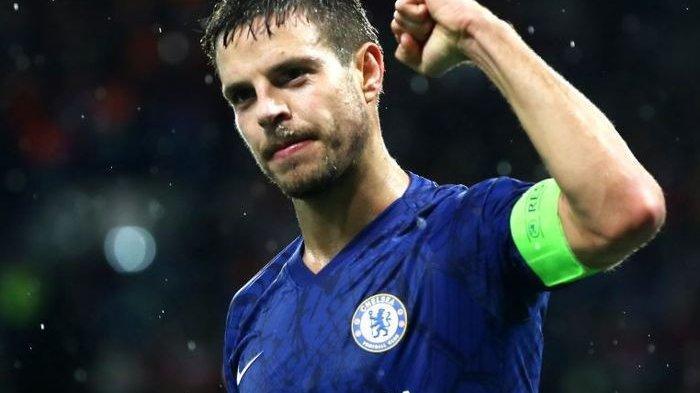 Kapten Chelsea, Cesar Azpilicute, mengepalkan tangan sebagai bentuk perayaan gol yang dicetaknya ke gawang Lille pada laga Liga Champions, Rabu (11/12/2019) di Stadion Stamford Bridge, London.