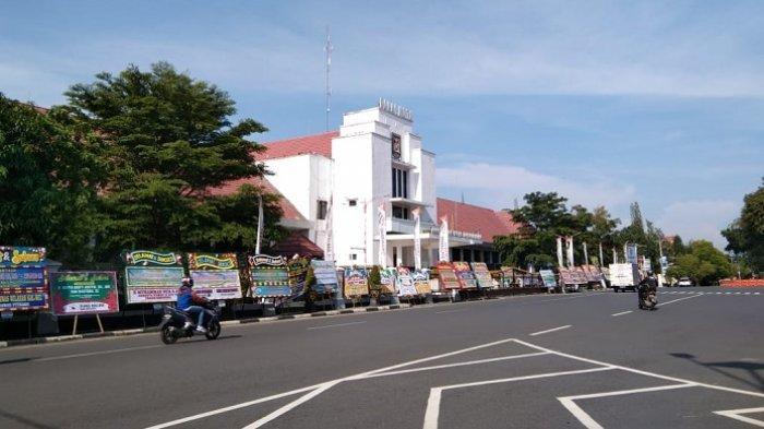200 Karangan Bunga Ucapan Pelantikan Wali Kota dan Wakil Wali Kota Banjarbaru Berjejer di Balai Kota
