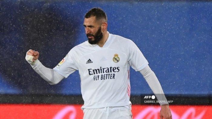 Penyerang Real Madrid Karim Benzema (2R) melakukan selebrasi setelah mencetak gol dalam pertandingan Liga Spanyol melawan Getafe CF di stadion Alfredo di Stefano di Valdebebas, di pinggiran kota Madrid pada 9 Februari 2021.