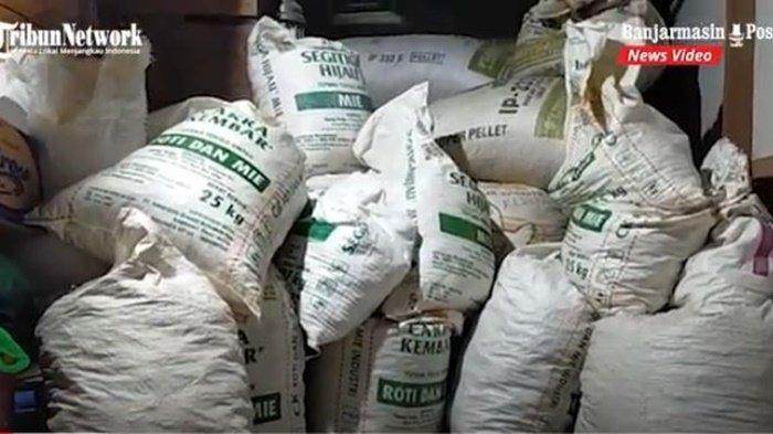 Berkarung-karung isi bahan untuk memproduksi pupur bangkal di rumah HM Zaini (55), Jalan Simpang Empat Keramat Manjang, Kota Barabai, Kabupaten Hulu Sungai Tengah (HST), Provinsi Kalimantan Selatan, Sabtu (17/7/2021) malam.