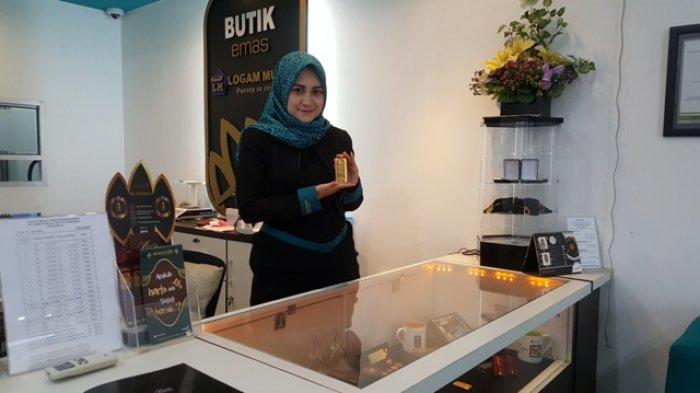 Karyawan Butik Emas LM Banjarmasin pamerkan koleksi Emas Antam