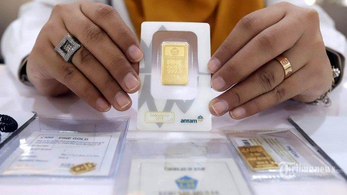 Karyawan menunjukkan emas logam mulia di kantor Pegadaian Cabang Senen, Jakarta Pusat, Selasa (28/7/2020). Seiring dengan naiknya harga emas yang mencapai Rp 1,022 juta per gram pada Selasa (28/7/2020), PT Pegadaian (Persero) mengajak masyarakat untuk melakukan top up atau menambah nilai pinjaman bagi masyarakat yang telah menggadaikan emasnya.