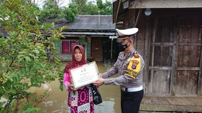 Empati Pada Korban Banjir, Polisi Tanahlaut Turut Salurkan Bantuan Bahan Pangan