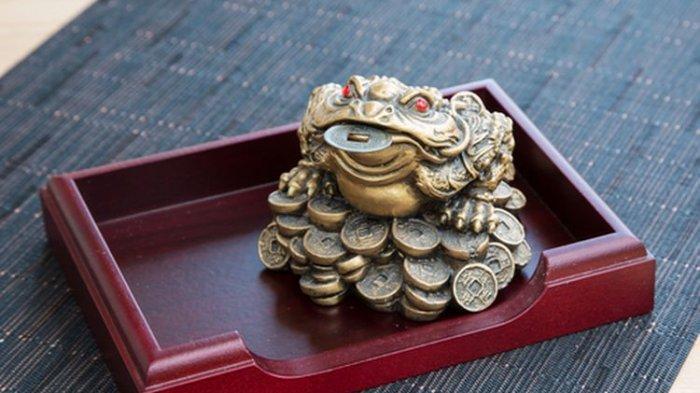 Katak uang adalah simbol China yang sering digunakan dalam feng shui untuk mengundang kemakmuran dan kelimpahan.