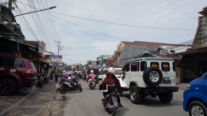 Rombong Jualan Ganggu Pandangan Pengendara yang Melintas di Jalan Veteran