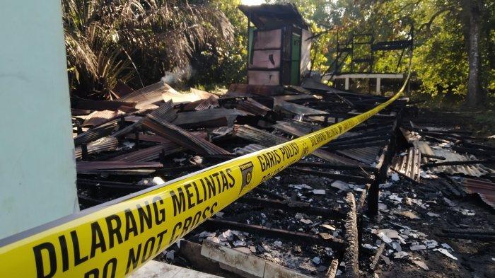 Kebakaran Kalsel,  Garis polisi dipasang di lokasi kebakaran yang menghanguskan sebuah rumah kosong di Jalan Anjir Talaran Km 3, Desa Antar Baru, Kecamatan Marabahan.