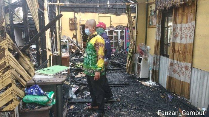 Pemerintah Kecamatan Gambut mendatangi warganya yang tertimpa musibah kebakaran di Jalan Pahlawan, Desa Malintang RT 002, Kabupaten Banjar, Provinsi Kalimantan Selatan, Kamis (29/4/2021).