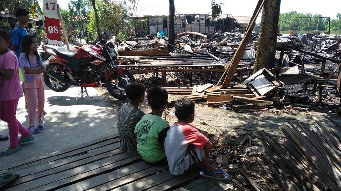 Kebakaran di Pulau Bromo Mantuil Banjarmasin, 15 Rumah Ludes, Dinsos Banjarmasin Salurkan Bantuan