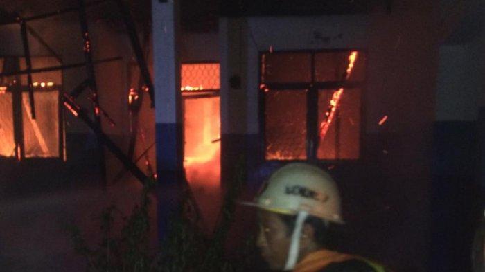 Petugas Kesulitan Mendapatkan Air untuk Pemadaman Kebakaran di Universitas Palangkaraya
