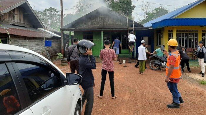 Kebakaran sebuah rumah di Jalan Trans Kalimantan Kilometer 10,5 Desa Anjir Serapat Tengah Kecamatan Kapuas Timur Kabupaten Kapuas, Sabtu (12/6/2021).