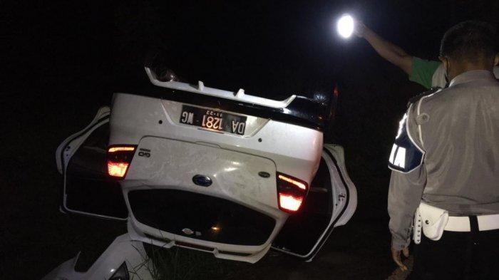 Mobil Datsun Go Putih kebalik setelah bertabrakan dengan Honda Scoopy di Jalan P M Noor Rt 20, RW 05, Sungai Ulin, Banjarbaru Utara, Banjarbaru, Kalimantan Selatan.