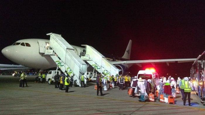 Jemaah Haji Kalsel Keloter 1 Tiba di Syamsudin Noor, Turun Pesawat Langsung Sujud Syukur