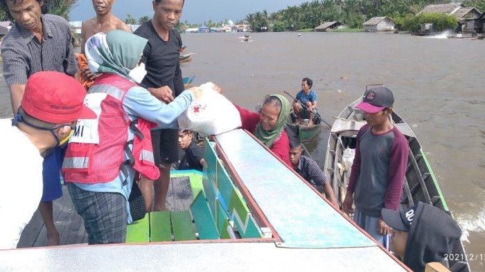 PMI Kalsel Dukung PMI Kabupaten Banjar Salurkan Bantuan Korban Banjir