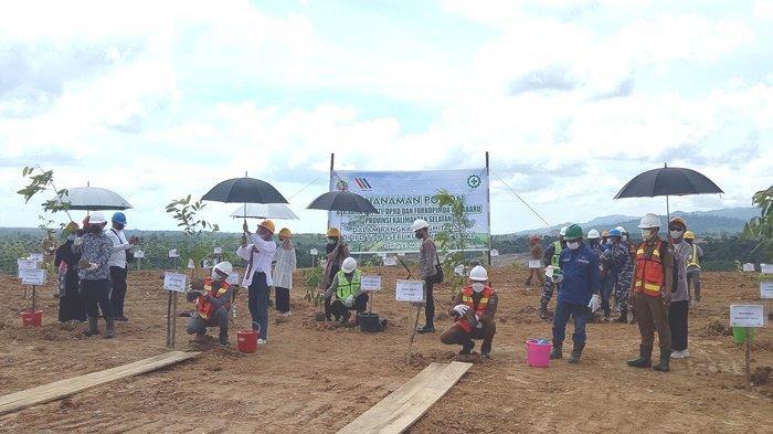 Kegiatan penghijauam di lahan reklame PT STC oleh Wabup Kotabaru Andi Rudi Latif SH dan Forkopimda Kabupaten Kotabaru, kemarin.