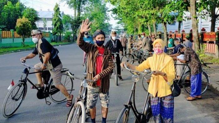Car Free Day di Sampit, Komunitas Pencinta Sepeda Ontel Keliling Kota Mengenakan Lurik dan Blangkon
