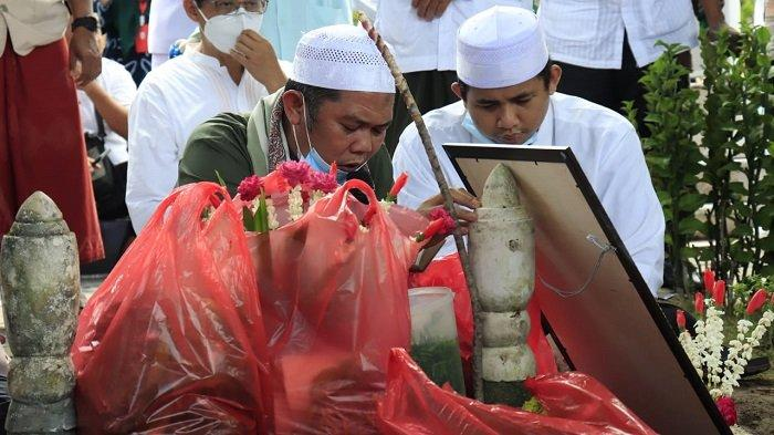 Keluarga melepas kepergian Dr H Ogi Fajar Nuzuli M. Pd, M.AP di Taman Makam Bahagia Kota Banjarbaru, Kamis (25/3/2021) siang.