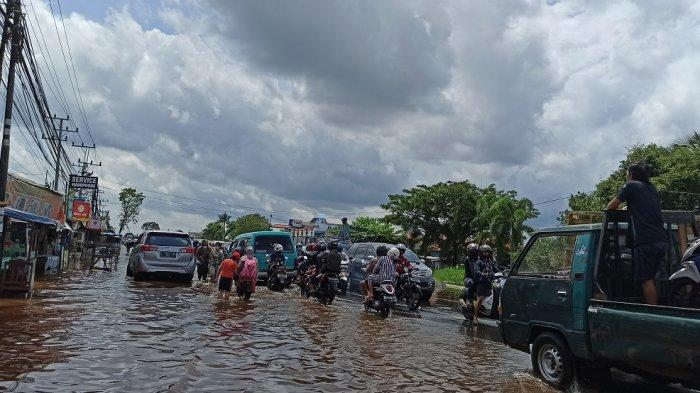 Banjir di Kalsel 2021, Kendaraan Menumpuk di Jalan Trans ...