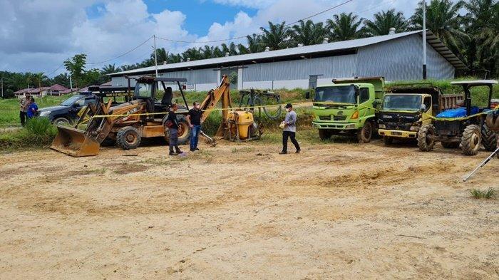 Sejumlah kendaraan angkut dan alat berat operasional kebun dan pabrik sawit PT Ladangrumpun Suburabadi di Kabupaten Tanah Bumbu (Tanbu), Provinsi Kalimantan Selatan, disita dan dipasangi garis polisi, Selasa (7/9/2021).