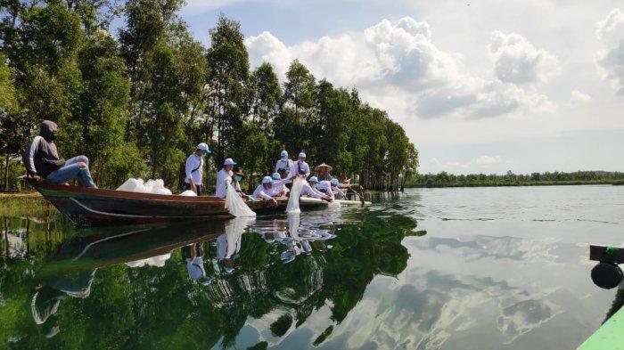 Benih Ikan Papuyu dan Ikan Patin Dilepasliarkan di Danau Seran Banjarbaru