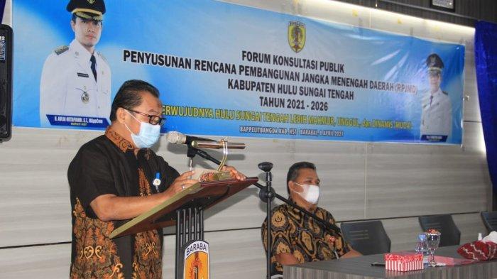 Kepala BAppelitbangda HST H AKhmad Syahriani Effendi menyampaikan laporan kegiatan FKP