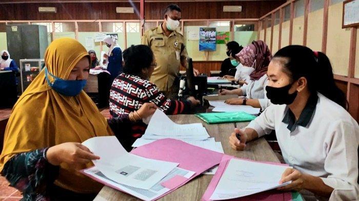 Kepala Bidang Industri Disdagperinkop dan UKM, Ferdinan Junarko, saat memantau pelayanan bagi pelaku UMKM di kantornya di Kota Kualakapuas, Kabupaten Kapuas, Kalimantan Tengah.