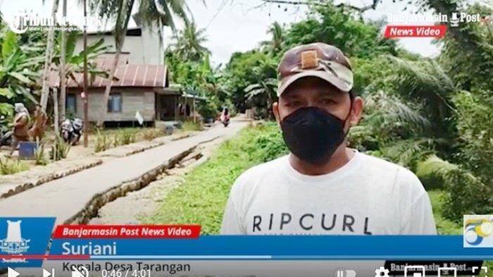 Kepala Desa Tarangan, Suriani, menjelaskan tentang longsor yang terjadi dan harapan warga agar Pemerintah Kabupaten Balangan bisa memperbaiki, Senin (13/9/2021).