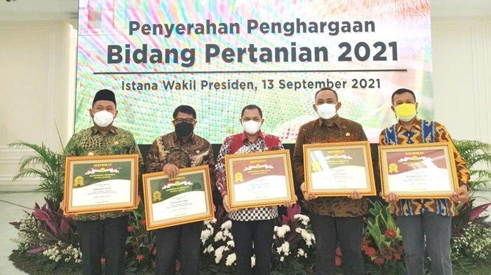 Kepala Dinas Pertanian Kabupaten Kotabaru, Ir Burhanuddin (kanan), foto bersama dengan perwakilan daerah lain, usai menerima penghargaan di Istana Wakil Presiden RI, Senin (13/9/2021).