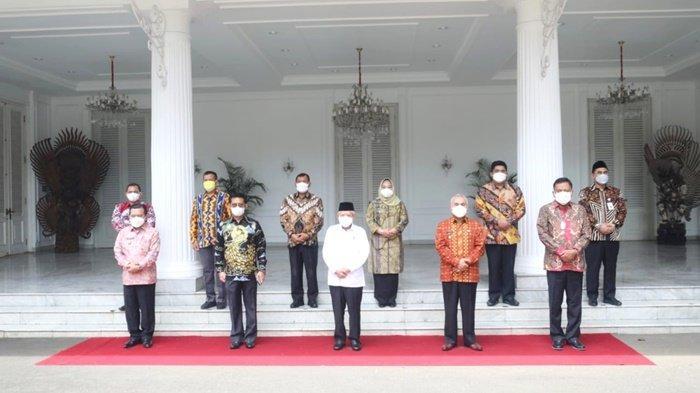 Kepala Dinas Pertanian Kabupaten Kotabaru, Ir Burhanuddin (dua dari kiri di barisan belakang), foto bersama Wakil Presiden di istana Wakil Presiden RI, Senin (13/9/2021).