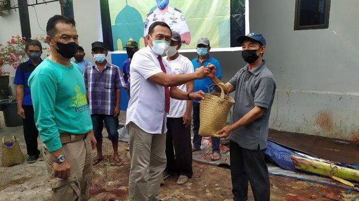 Berkurban Sekaligus Bantu UMKM, KSOP Kelas I Banjarmasin Bagikan Daging dalam Bakul