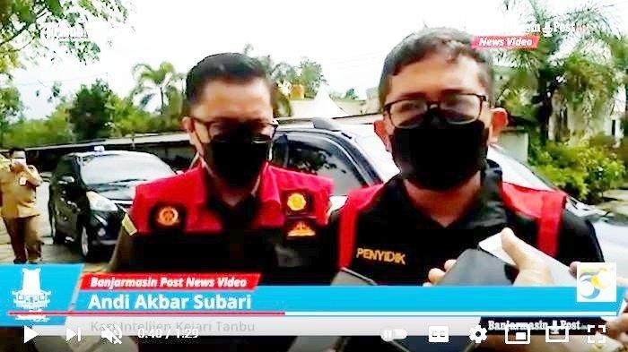 Kepala Seksi Intelijen Kejari Tanahbumbu, Andi Akbar Subari, beri penjelasan terkait penggeledahan di Kantor Perusahaan Daerah (Perusda) Batulicin Jaya Utama dan Kantor Bagian Ekonomi Pemerintah Kabupaten Tanah Bumbu (Tanbu), Provinsi Kalimantan Selatan (Kalsel), Senin (27/9/2021).
