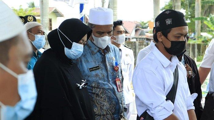 Keluarga dan pejabat Pemko melepas kepergian Dr H Ogi Fajar Nuzuli M. Pd, M.AP di Taman Makam Bahagia Kota Banjarbaru, Kamis (25/3/2021) siang.