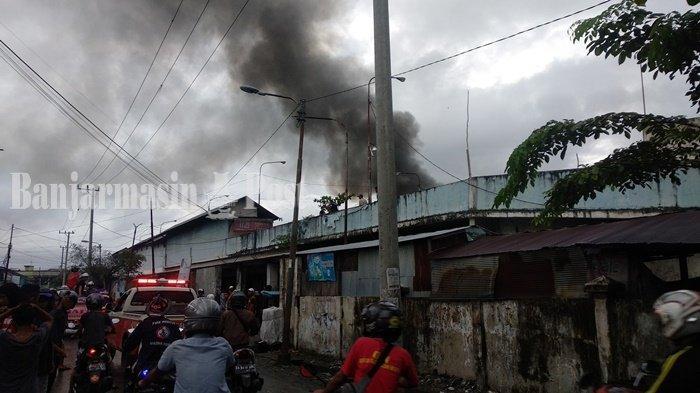 BREAKING NEWS : Geger Kepulan Asap Disertai Api Muncul di Belakang Pasar Antasari