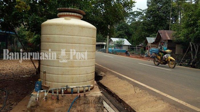 Cuaca Kian Panas, Warga Kampung Sungaitabuk Kabupaten Banjar Terpaksa Ambil Air Ini