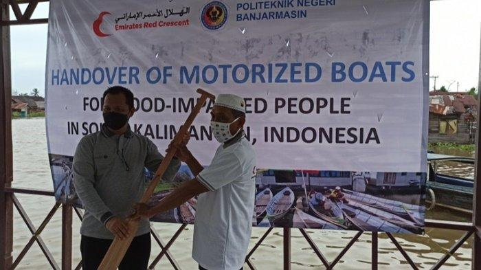 Kerja sama Kedubes Uni Emirat Arab dan Politeknik Negeri Banjarmasin (Poliban), beri bantuan secara simbolis kepada warga, bertempat di Kelurahan Sungai Jingah, Kota Banjarmasin, Provinsi Kalimantan Selatan, Rabu (7/4/2021) sore.