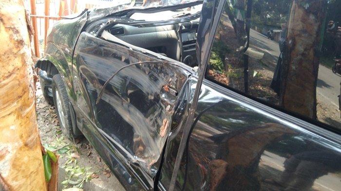 Kerusakan mobil Avanza setelah menabrak pohon dan pagar Kantor Sanggar Kegiatan belajar (SKB) Kecamatan Tapin Selatan, Kabupaten Tapin, Kalimantan Selatan, Senin (26/4/2021) sekitar pukul 11.30 Wita.